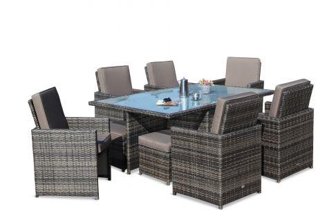 Flott spisegruppe i grå rotting med 6 stoler med høy rygg og puffer. Bordet har en frostet glassplate og kaffekanne og blomster. SparMax